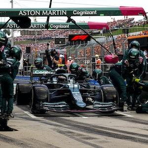 Sebastian Vettel steht in seinem Aston Martin in der Formel 1 in der Box
