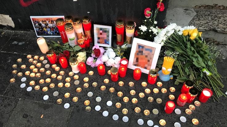 An der Trauerstelle wurden Kerzen und Blumen und Fotos des Opfers niedergelegt.
