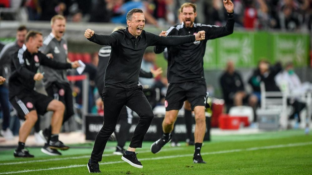 Fortuna Düsseldorf: Trainer Christian Preußer rennt beim Tor zum 2:2 gegen Werder Bremen auf den Rasen.