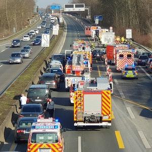 Notarzt und Polizei bei einem Unfall auf der A52 vor Ort.
