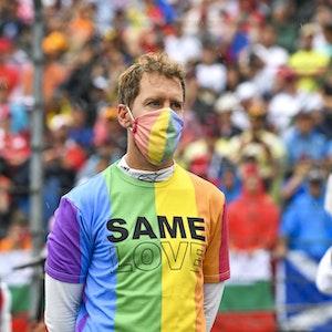 Sebastian Vettel vor dem Rennen in einem Regenbogen-Tshirt mit der Aufschrift 'Same Love'.