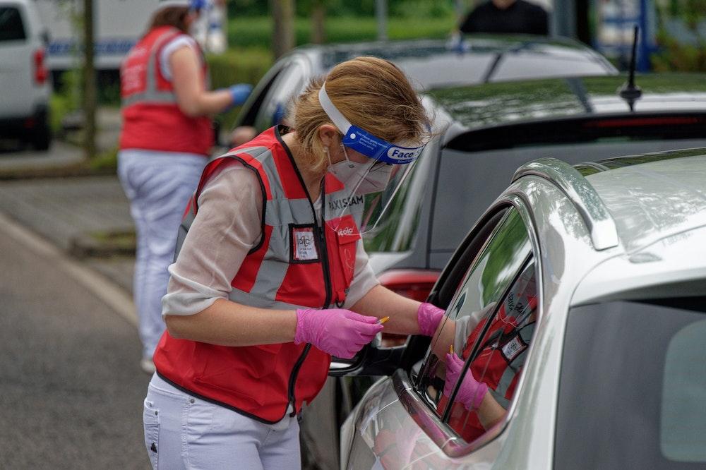 Eine Mitarbeiterin spritzt bei einer Drive-in-Impfaktion in Meerbusch (NRW) eine Dosis Impfstoff von Johnson & Johnson in den Arm eines Fahrers.