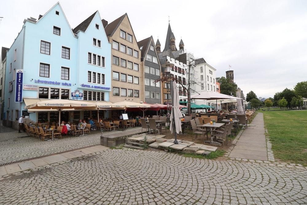 Am Rheingarten in der Kölner Altstadt reihen sich die Restaurants aneinander.