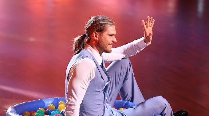 """Rurik Gislason sitzt am 9. April 2021 in der RTL-Show """"Let's Dance"""" auf der Bühne in einem """"Bällebad""""."""