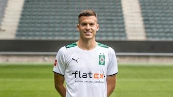 Gladbachs Laszlo Benes posiert am 1. August 2021 am Media Day im Borussia-Park fürs Foto.