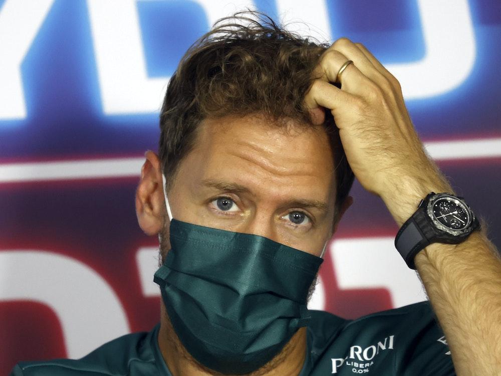 Aston Martin-Fahrer Sebastian Vettel nimmt an einer Pressekonferenz auf der Rennstrecke Hungaroring in Budapest teil.