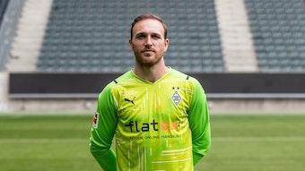 Gladbachs Tobias Sippel posiert am Media Day am 1. August 2021 im Borussia-Park fürs Foto.