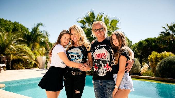 Davina, Carmen, Robert und Shania Geiss posieren für ein Foto vor ihrem Pool.