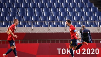 Dani Olmo (l.) jubelt mit Mikel Merino über seinen Treffer gegen die Elfenbeinküste