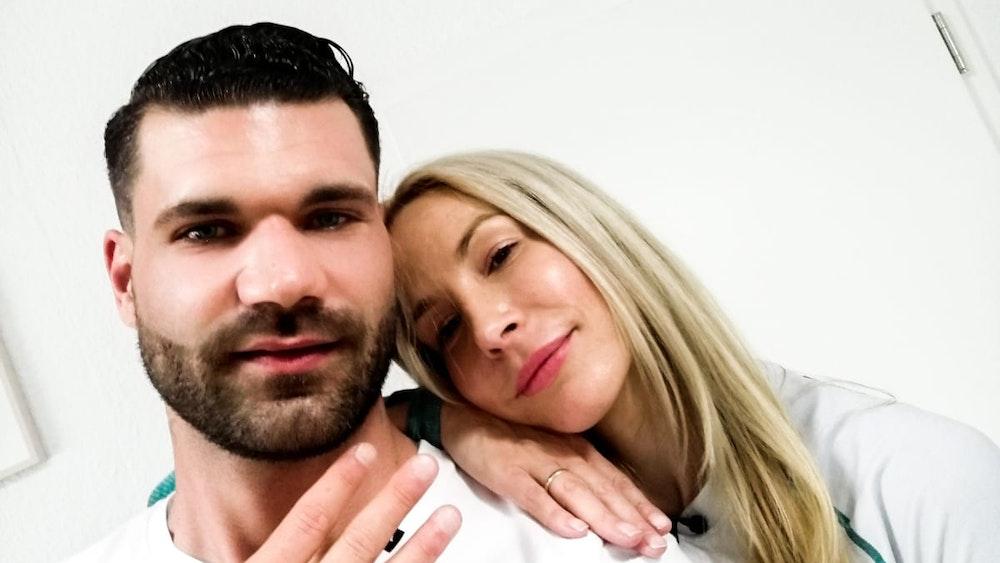 """Mike Cees-Monballijn und Michelle Monballijn. Das Paar nimmt am """"Sommerhaus der Stars"""" 2021 teil."""