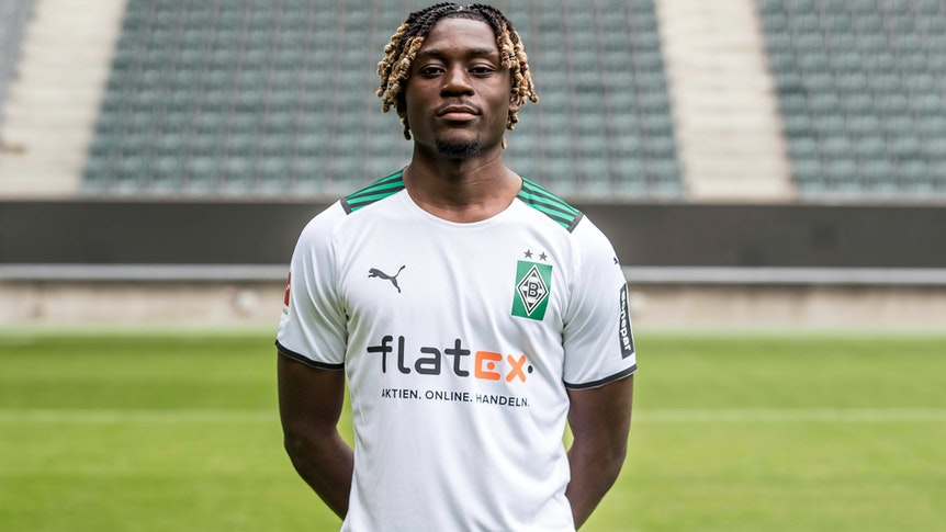 Kouadio Koné posiert am 1. August 2021 am Media Day im Borussia-Park fürs Foto.