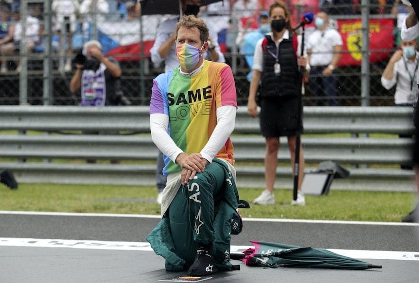 Sebastian Vettel kniet vor dem Rennen in Budapest in einem Regenbogen-Shirt auf der Rennstrecke zur Unterstützung der Black-Lives-Matter- und der LGBTQ+-Bewegung nieder.