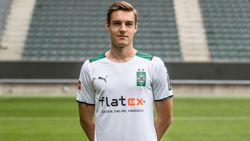 Gladbachs Florian Neuhaus posiert am 1. August 2021 beim Media Day im Borussia-Park fürs Foto.
