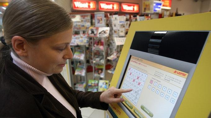 Ein Frau füllt in einem Einkaufscenter in Leipzig am Mittwoch (17.09.2008) an einem Selbstbedienungsterminal einen Lottoschein aus.
