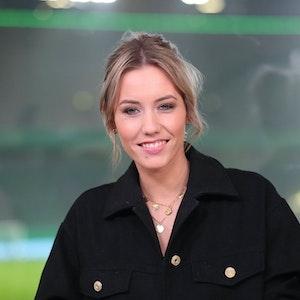 Laura Papendick lacht bei einer TV-Übertragung beim DFB-Pokal in die Kamera.