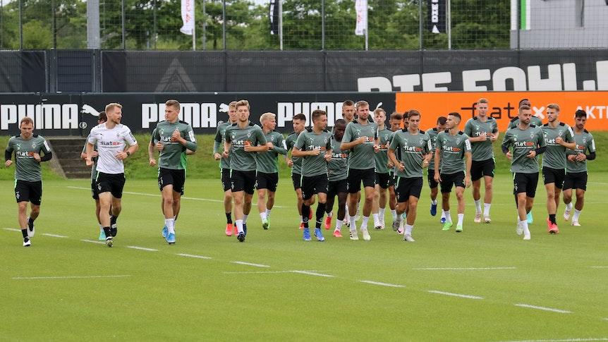 Das Team von Borussia Mönchengladbach joggt am 30. Juli 2021 über den Trainingsplatz im Borussia-Park.