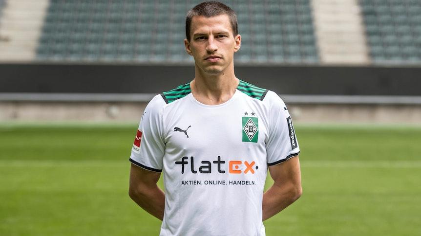 Stefan Lainer posiert am 1. August 2021 am Media Day im Borussia-Park fürs Foto.