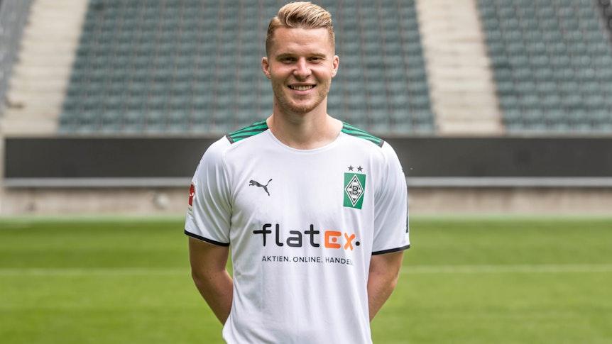 Gladbachs Nico Elvedi posiert am 1. August 2021 beim Media Day im Borussia-Park fürs Foto.