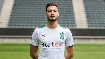 Gladbachs Ramy Bensebaini posiert am 1. August 2021 beim Media Day im Borussia-Park fürs Foto.