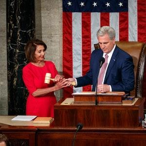 Nancy Pelosi übernimmt nach ihrer Wahl zur Vorsitzenden des US-Repräsentantenhauses den Hammer von Kevin McCarthy, Franktionschef der Republikaner im US-Repräsentantenhaus.