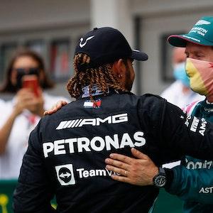 Sebastian Vettel (r.) und Lewis Hamilton umarmen sich nach dem Ungarn-Rennen der Formel 1.