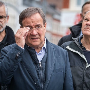 Armin Laschet (CDU, 2.v.l), Ministerpräsident von Nordrhein-Westfalen und Kanzlerkandidat, und Olaf Scholz (SPDr), Bundesfinanzminister und Kanzlerkandidat, kommen zu einem gemeinsamen Pressestatement. Die beiden Kanzlerkandidaten machten sich ein Bild von der Lage und den Aufräumarbeiten nach dem Unwetter.