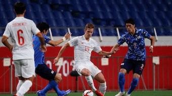 Dani Olmo (2.v.r.) setzt sich gegen zwei Japaner durch.
