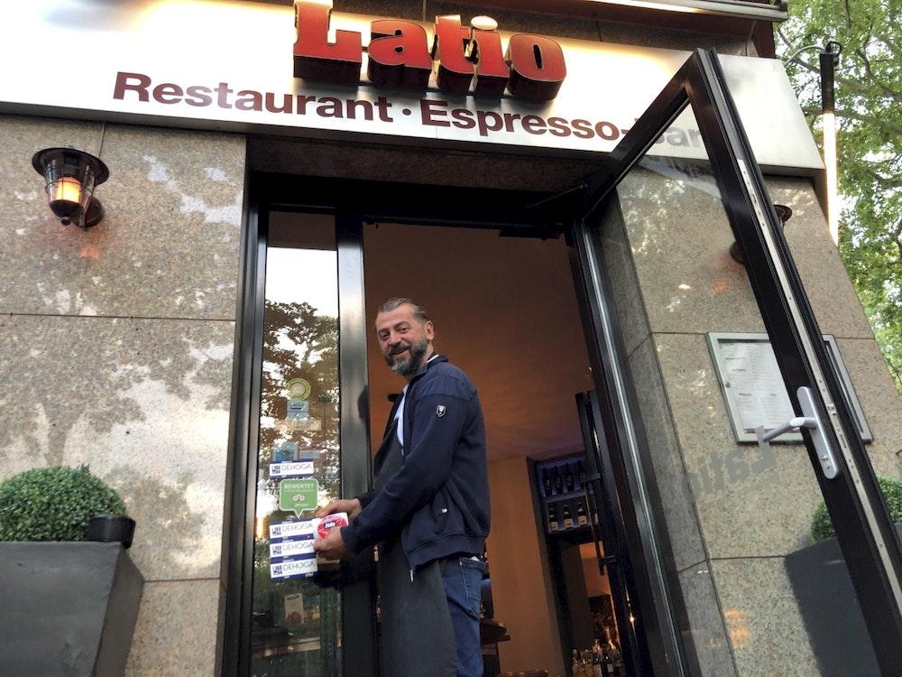 Wirt Aki am Eingang seines Ladens Latio in Köln.