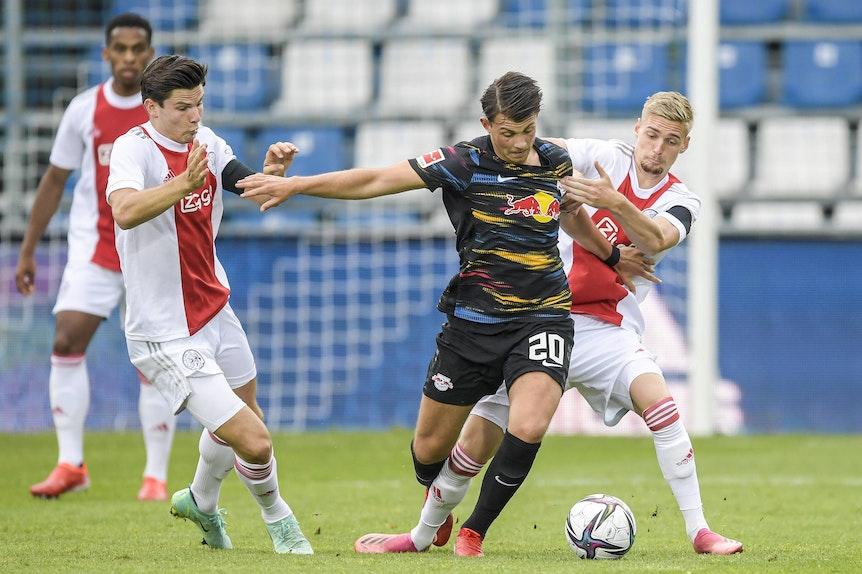 Lazar Samardzic (2.v.r.) im Test gegen Ajax Amsterdam.