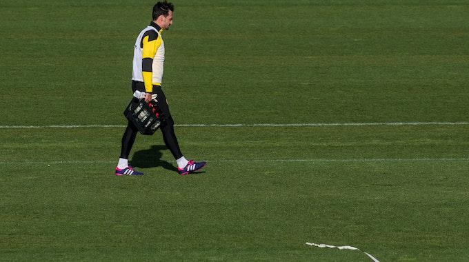 Mats Hummels trägt am Ende des Training von Borussia Dortmund am 4. Mai die Wasserkästen vom Platz.