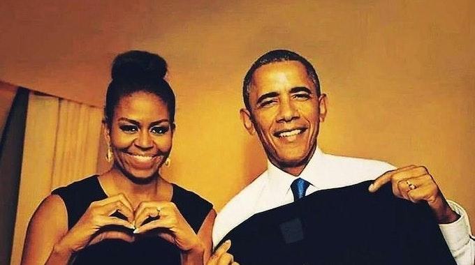 Barack und Michelle Obama posieren mit einem Shirt mit der Aufschrift Ikke Hüftgold.