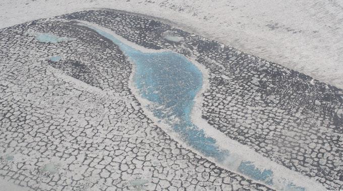 Luftaufnahme der russischen Tundra im Lena-Delta, die das typische Muster der Permafrostgebiete zeigt.