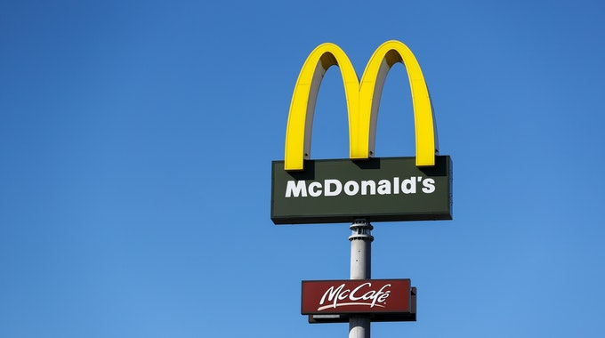 Ein Schild mit dem Logo des FastFood-Konzerns McDonald's. Die beliebte Kette spart Verpackungsmaterial ein.