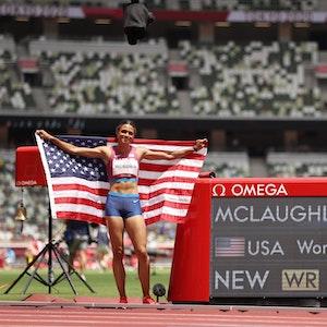Sydney McLaughlin bejubelt ihren Weltrekord vor dem Scoreboard