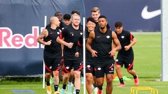 Benjamin Henrichs (vorne) und seine Kollegen beim Training von RB Leipzig.