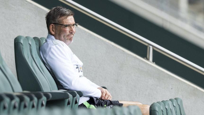 Gladbachs Torwarttrainer Uwe Kamps sitzt am 4. Juli 2021 auf der Tribüne im Borussia-Park. Von dort aus beobachtet er das Training der VfL-Profis.