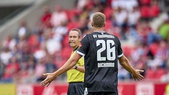 Diskussionen statt Tore: Janik Bachmann vom SV Sandhausen nimmt beim 0:3 gegen Regensburg Kontakt zum Schiedsrichter auf.