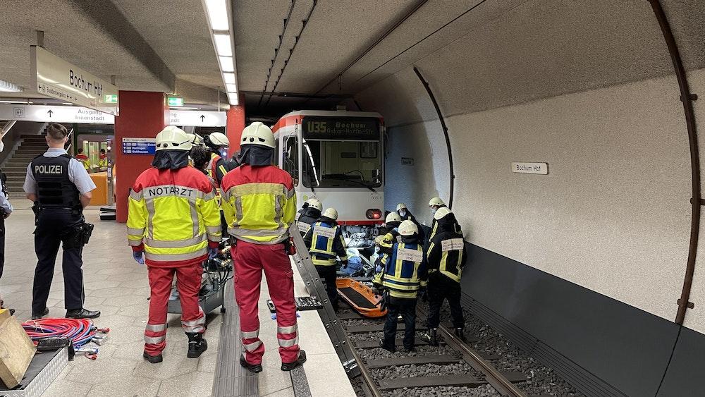 Bochum: Rettungskräfte begutachten die Unfallstelle im Hauptbahnhof.