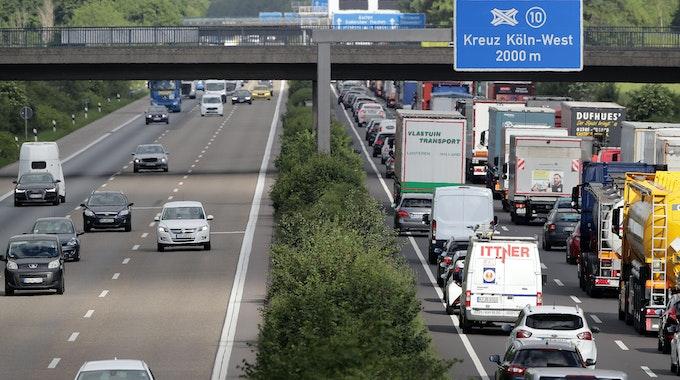 Stau auf der Autobahn A4 zwischen Klettenberg und Autobahnkreuz Köln West.