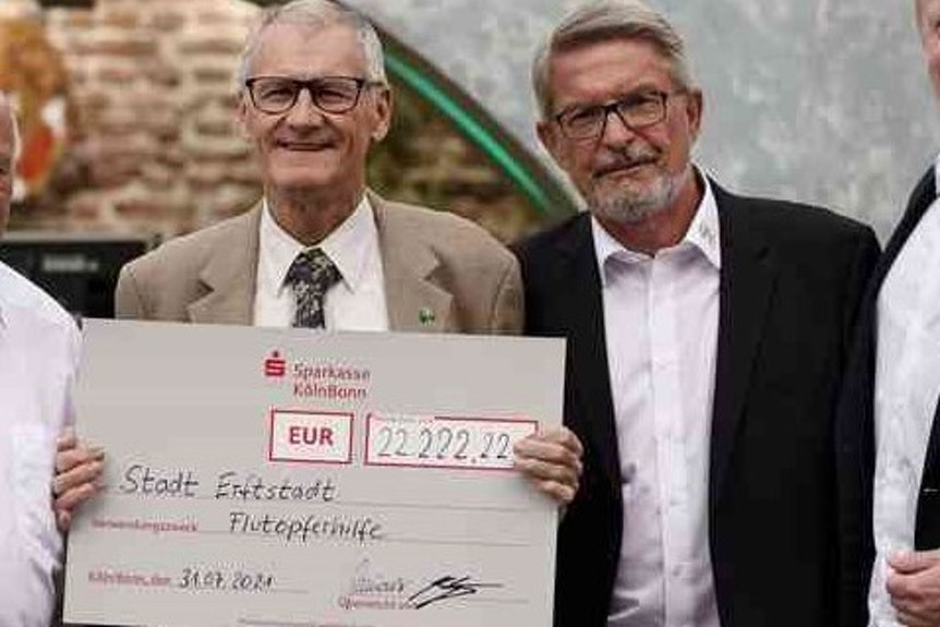 Die Rezag-Husaren spendeten 22.222,22 Euro an Erftstadts Bürgermeister Franz Holtz.