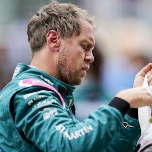 Der deutsche Fahrer Sebastian Vettel vom Team Aston Martin bereitet sich vor dem Start auf das in Spanien Rennen vor.