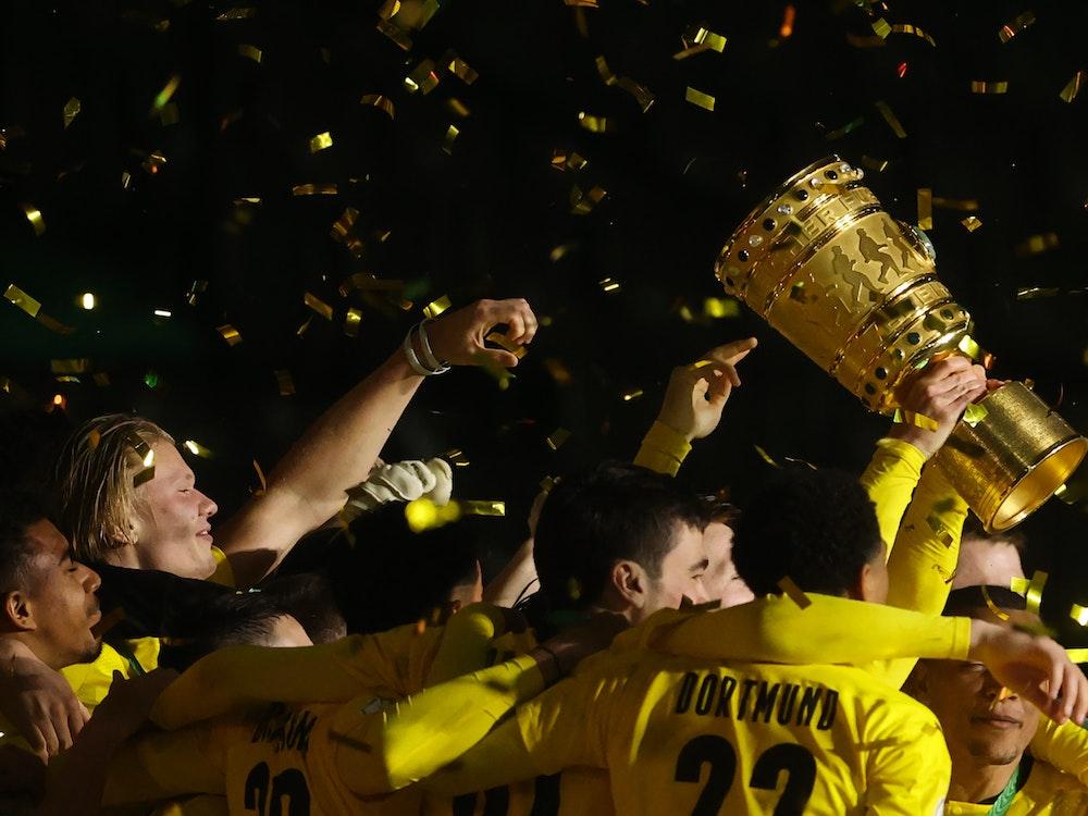 Dortmunds Spieler feiern ihren Sieg mit dem DFB-Pokal.
