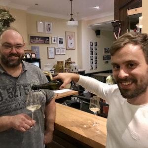 Steffen Burnikel schenkt im Lokal Wirt Thomas Mick Wein ein.