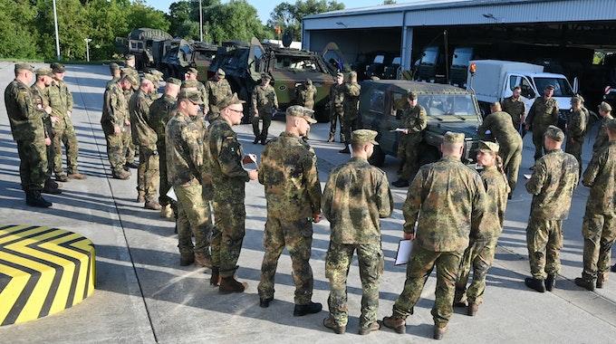 Ein Ex-Soldat hat im Hochwassergebiet von Ahrweiler Befehle erteilt. Pioniere der Bundeswehr werden vor der Abfahrt in das Hochwassergebiet eingewiesen.