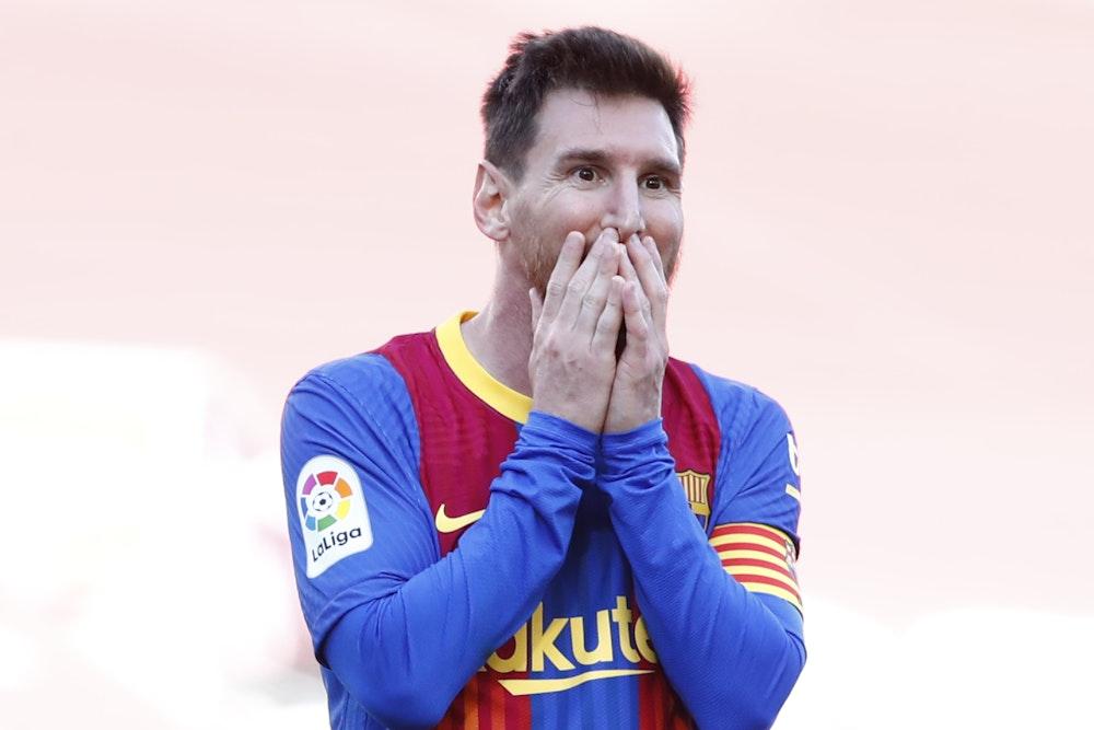 Barcelonas Lionel Messi reagiert auf eine verpasste Torchance.