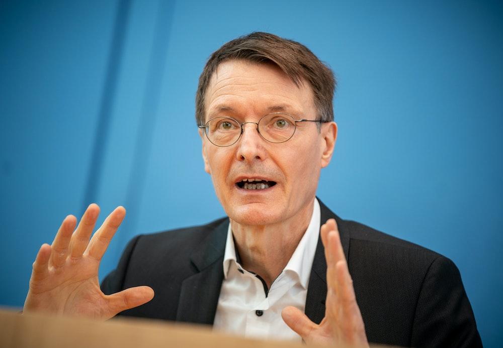 Karl Lauterbach, hier auf einer Coronavirus-Pressekonferenz im März 2021, hat sich zum 1. FC Köln und dem Kölner Karneval unter Corona-Bedingungen geäußert.