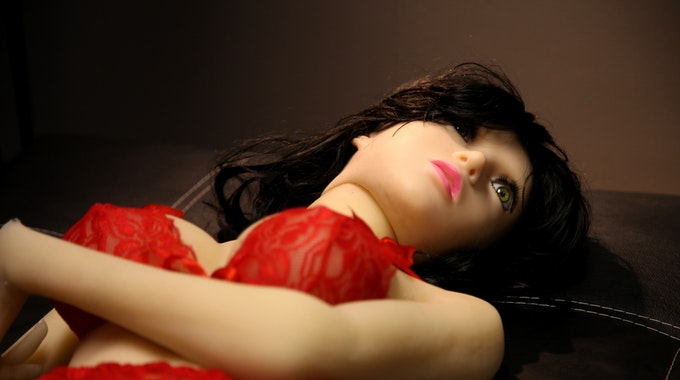 Eine weibliche Sexpuppe liegt in einem Zimmer des Sexpuppenbordells Unique Dolls.