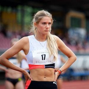 Alica Schmidt steht vor dem Start auf der Bahn