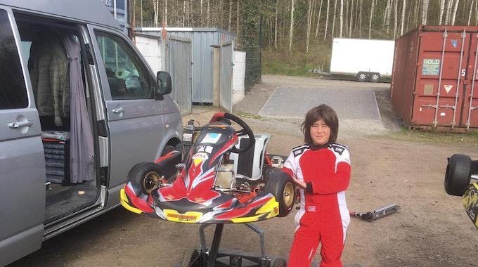 Rennfahrer-Talent Lenn mit seinem Kart
