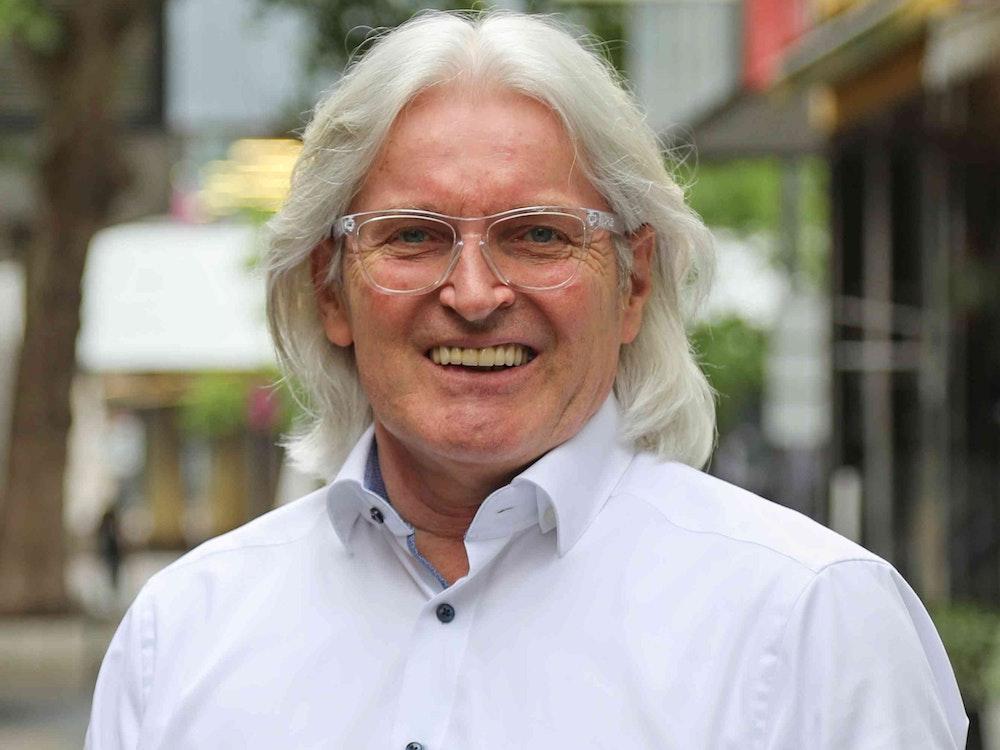 Label-Chef Jürgen Hoppe vor dem Brauhaus Sion in der Kölner Altstadt.